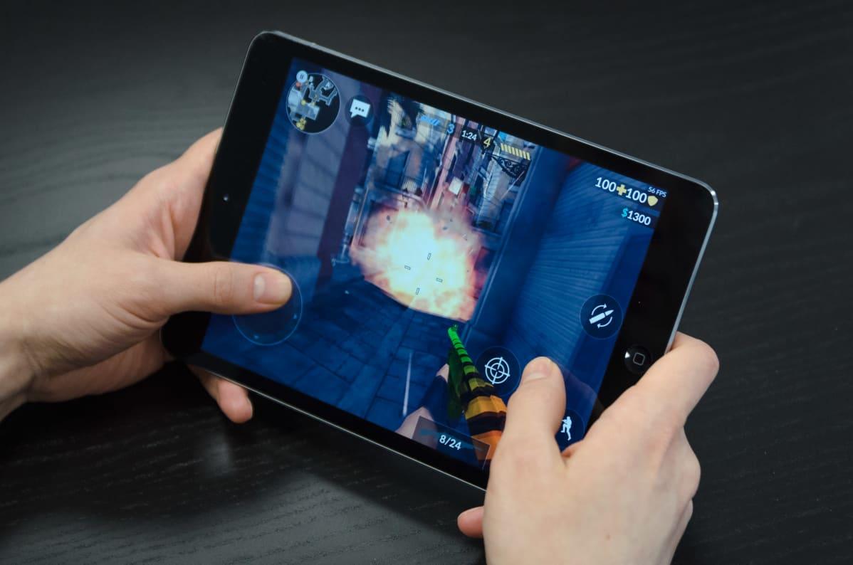 Mobiiliräiskintäpelin pelaamista.