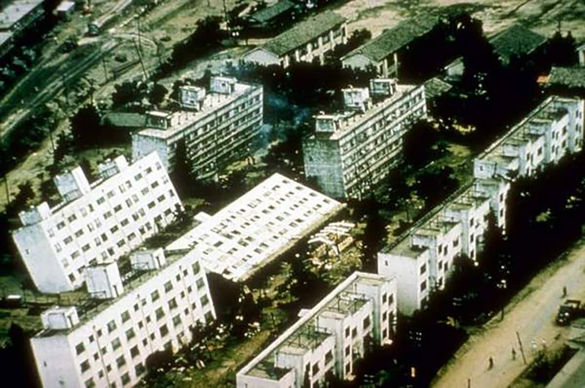 Maanjäristys Niigatassa Japanissa  kesäkuussa 1964 kaatoi kokonaisia kerrostaloja.