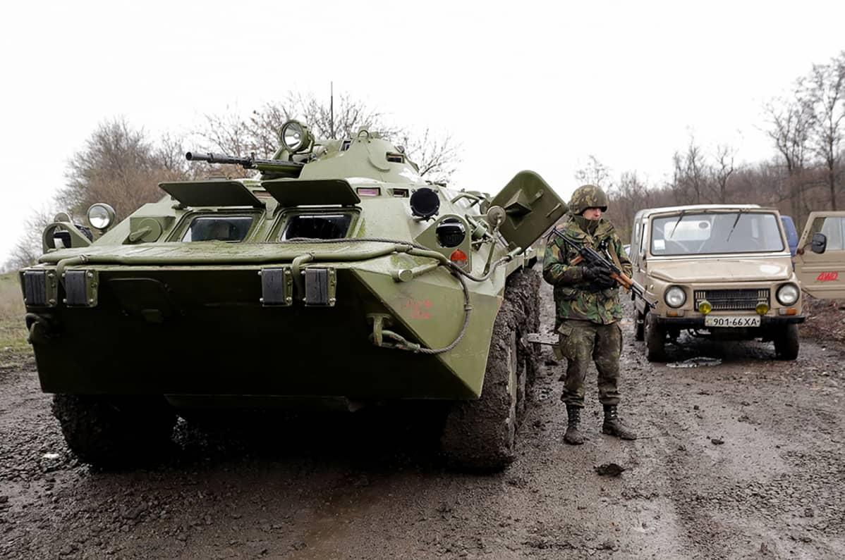 Ukrainalainen sotilas ja panssaroitu miehistönkuljetusajoneuvo partioimassa Luganskin ja Slovjanskin välisellä maantiellä lähellä Slovjanskia.