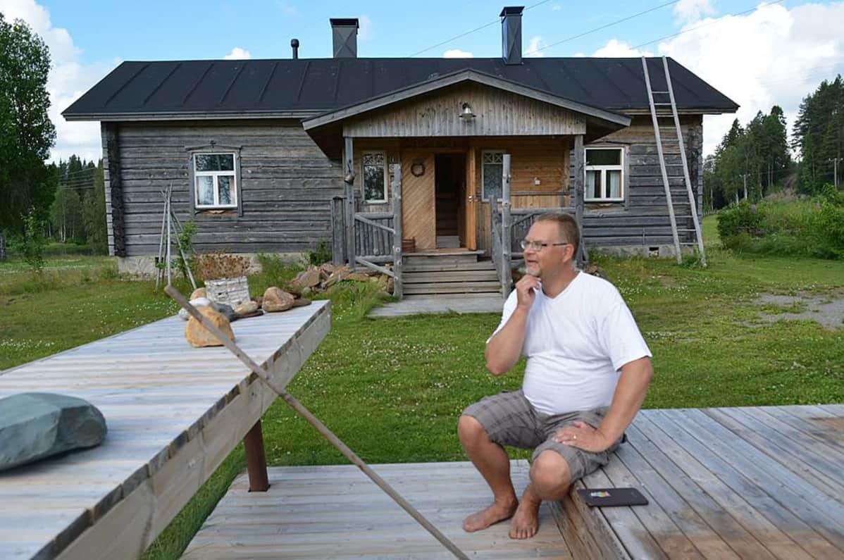 Heikki Pesämaa istuu Kantturan pihassa pohdiskelevana.