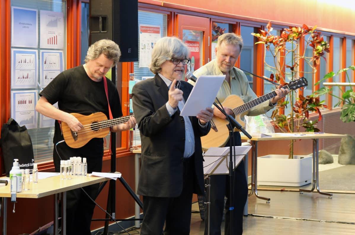 M. A. Numminen esiintymässä Lapin keskussairaalan hiljaisuuden tilassa kitaristi Vesa Tompurin ja basisti Kari Korpisen kanssa.