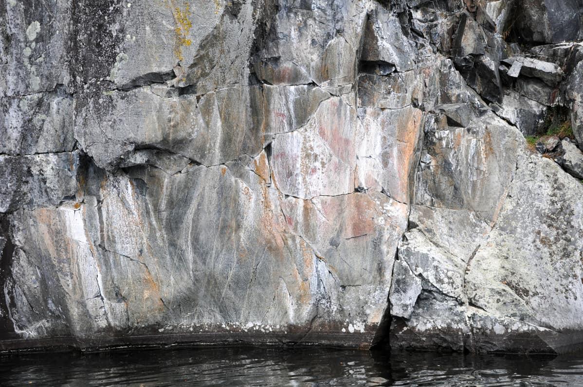 järvestä nouseva kallio