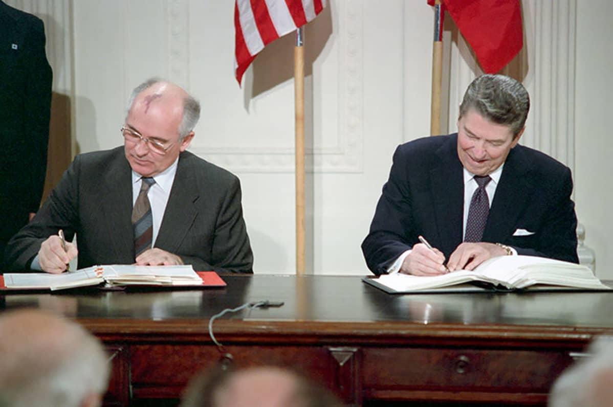 Neuvostoliiton Mihail Gorbatshov ja Yhdysvaltojen Ronald Reagan allekirjoittivat INF-sopimusken 8. joulukuuta 1987 Valkoisessa talossa.