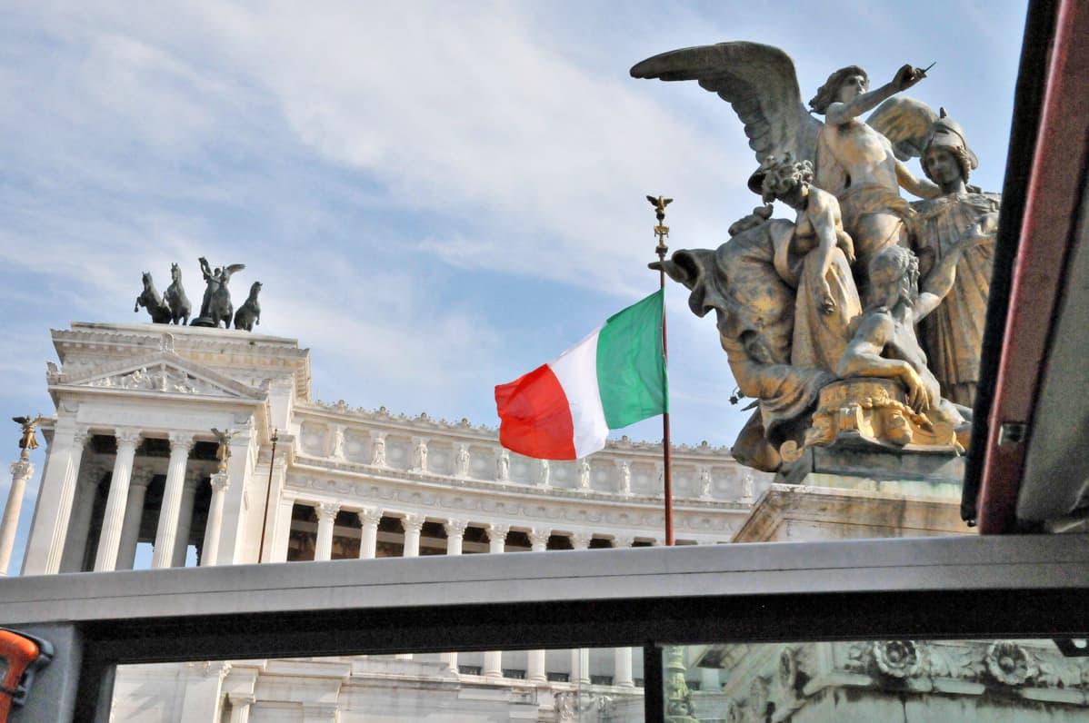 Veistoksia Piazza Venezian aukiolla Roomassa.