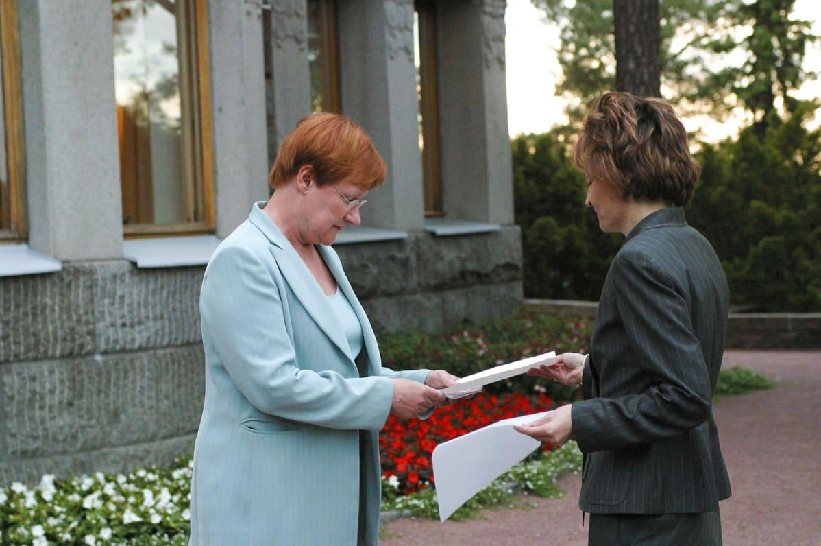 Anneli Jäätteenmäki jättää eroanomuksensa Tarja Haloselle Kultarannassa 2003.