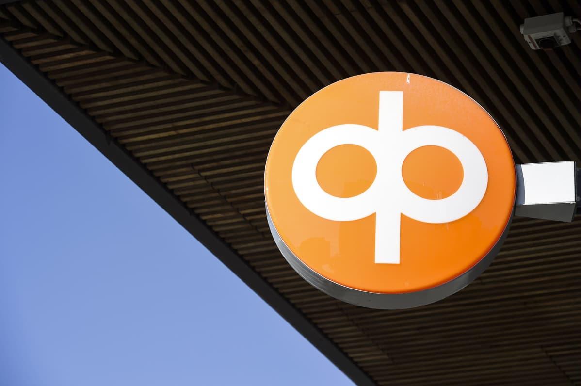 OP:n logo pankkikonttorin seinustalla.