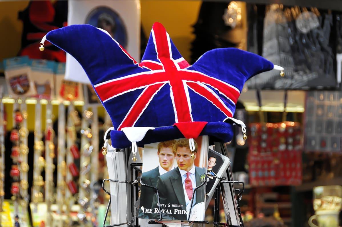 Kirjoja ja kortteja matkamuistomyymälässä Lontoossa.