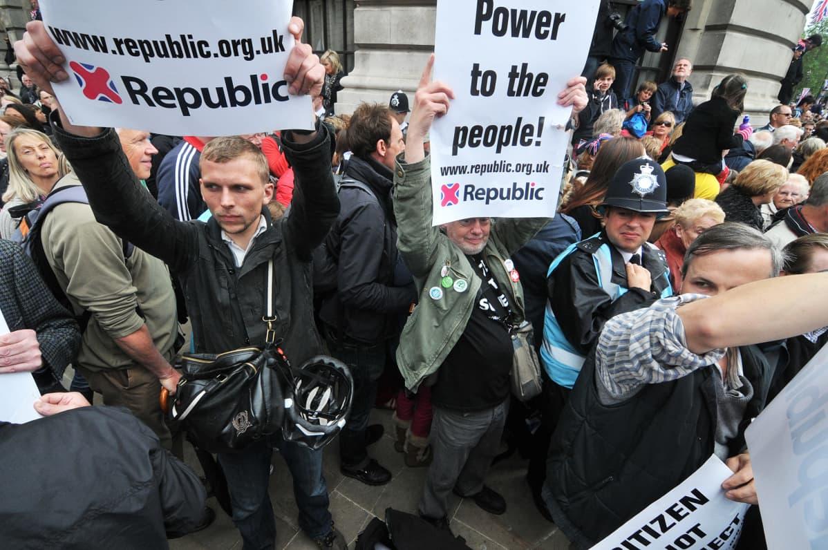 Tasavaltaltaa kannattavien mielenosoitus Lontoossa heinäkuussa 2012.