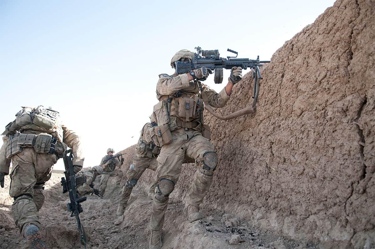 Yhdysvaltain armeijan laskuvarjojääkärit tulitaistelussa vihollisen kanssa.