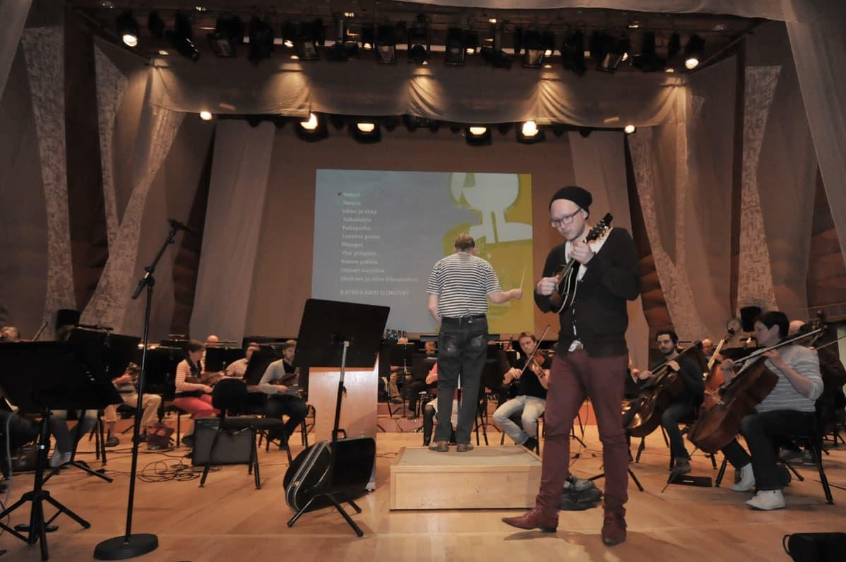 Marzi Nyman Kuopion kaupunginorkesterin kanssa lavalla.