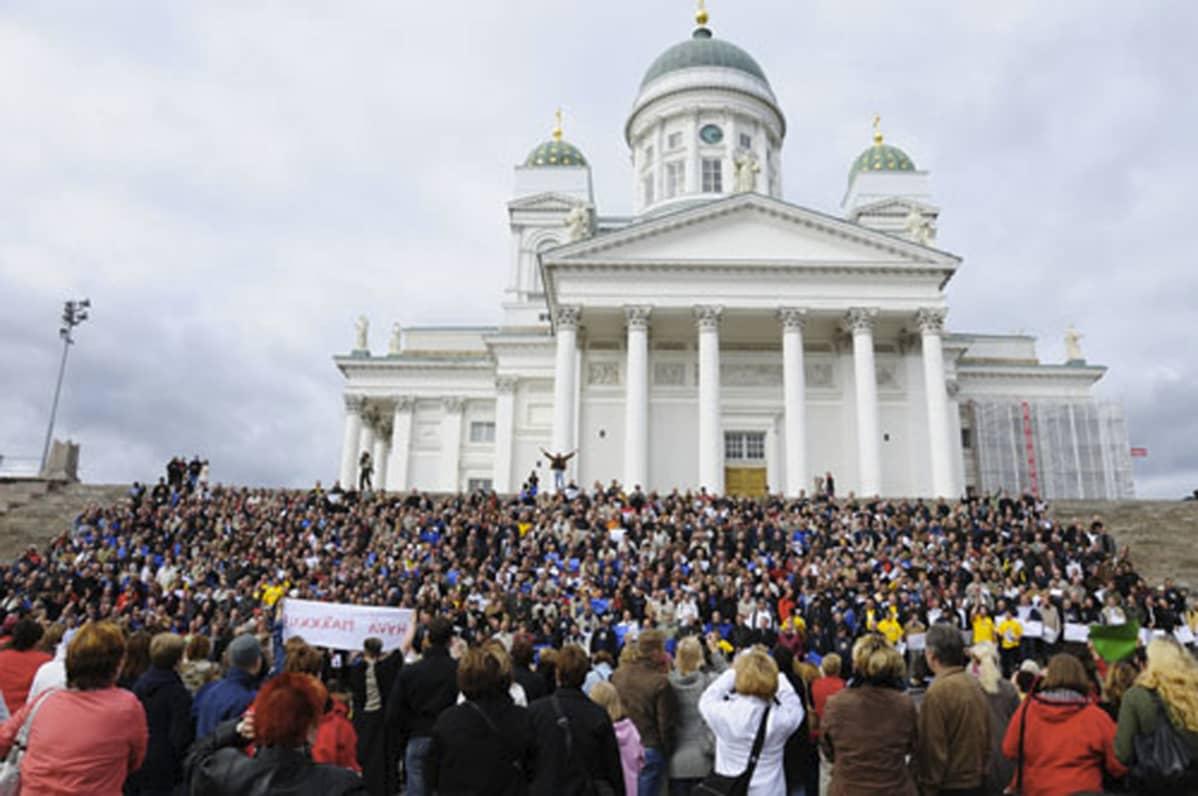 Markut Helsingin Tuomiokirkon portailla kesällä 2012.