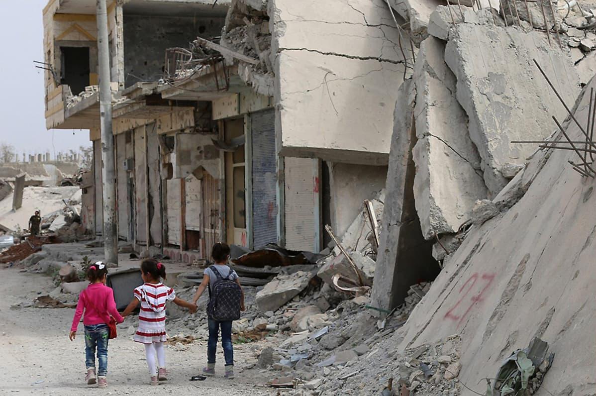 Syyrialaiset lapset kävelevät kohti koulua 6. lokakuuta Kobanen kaupungissa.