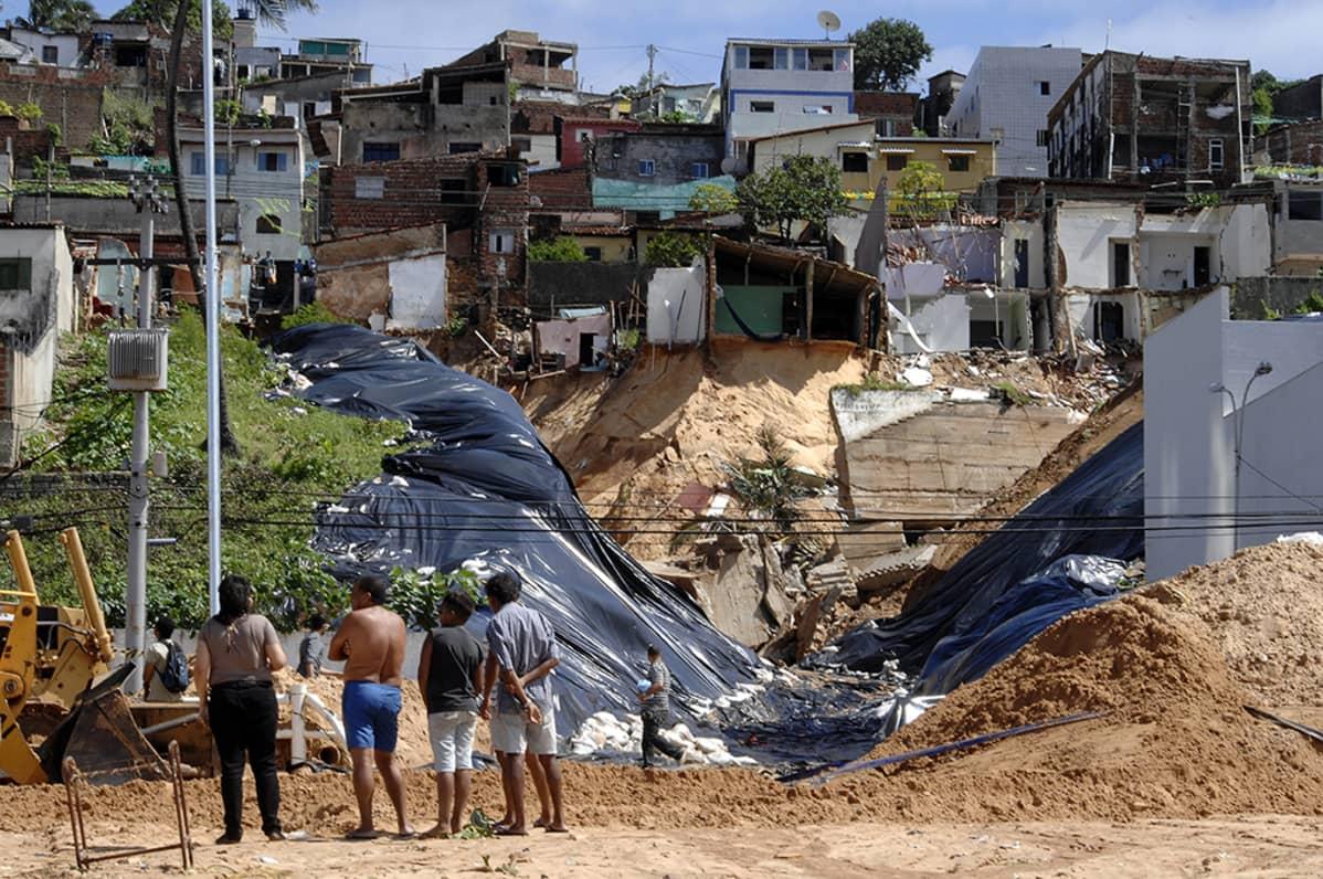 maanvyrymäpaikka ja taloja taustalla natalissa brasiliassa