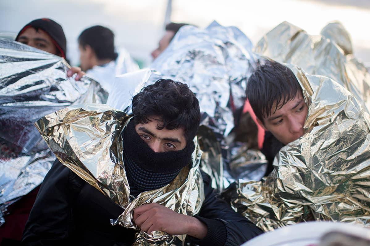 Pakolaisia lämpövilttien alla.