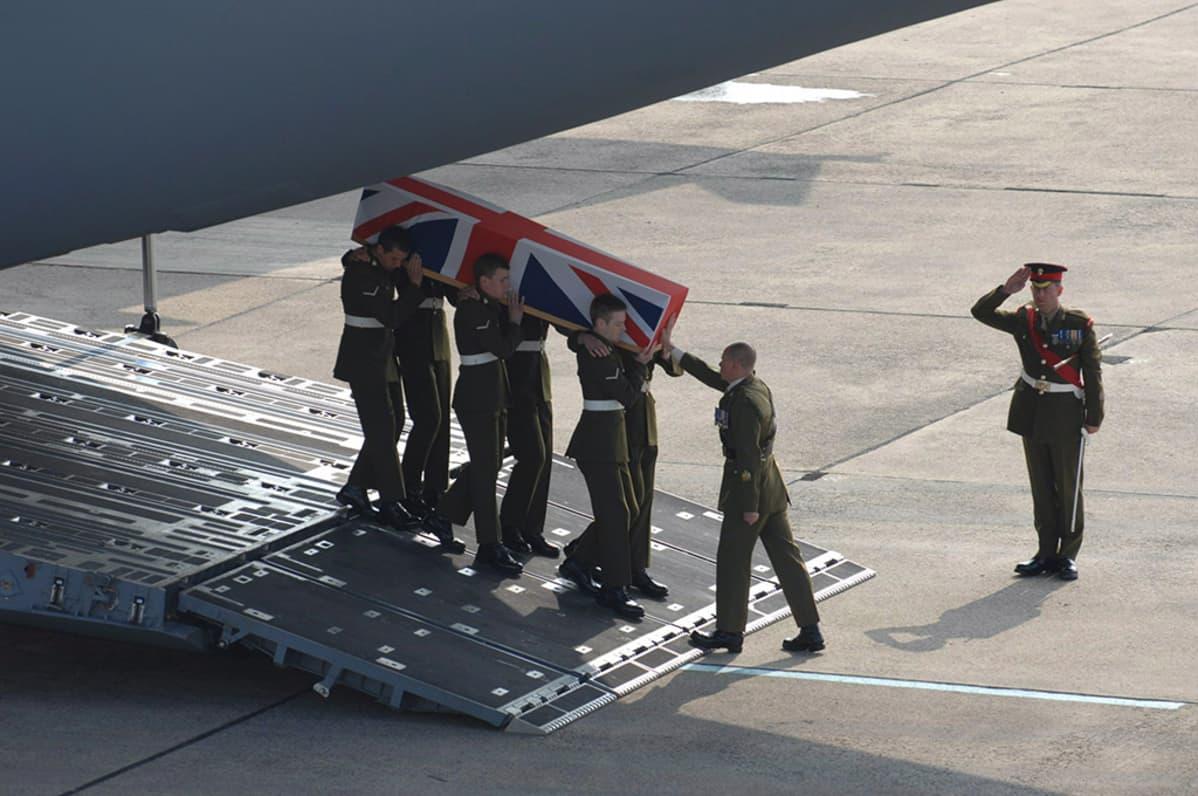 5. huhtikuuta 2007 Irakin Basrassa surmansa saaneen Vänrikki Joanna Yorke Dyerin arkku saapui Lynehamiin Englantiin 12. huhtikuuta 2007.