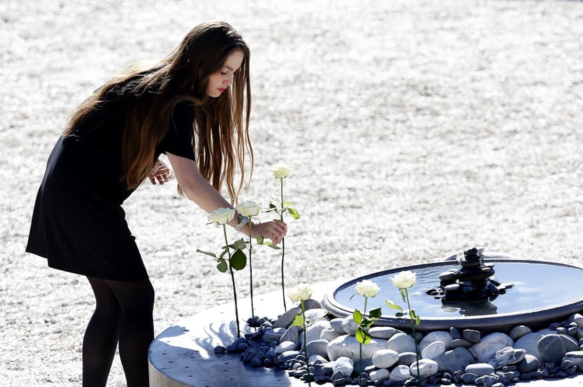 Muistojuhlassa Nizzassa laskettiin valkoinen ruusu jokaisen iskussa surmansa saaneen muistolle