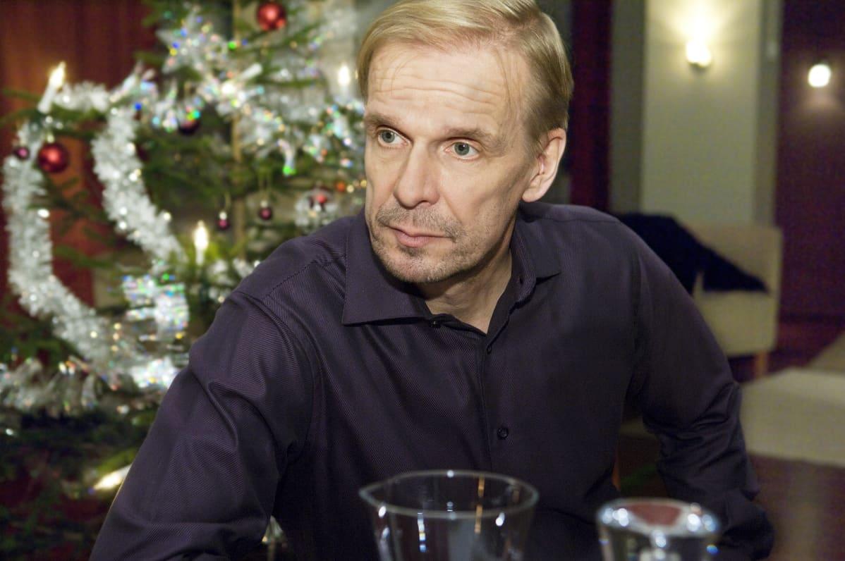 Pertti Mäkimaa eli näyttelijä Jukka Puotila Kotikadun jouluna.