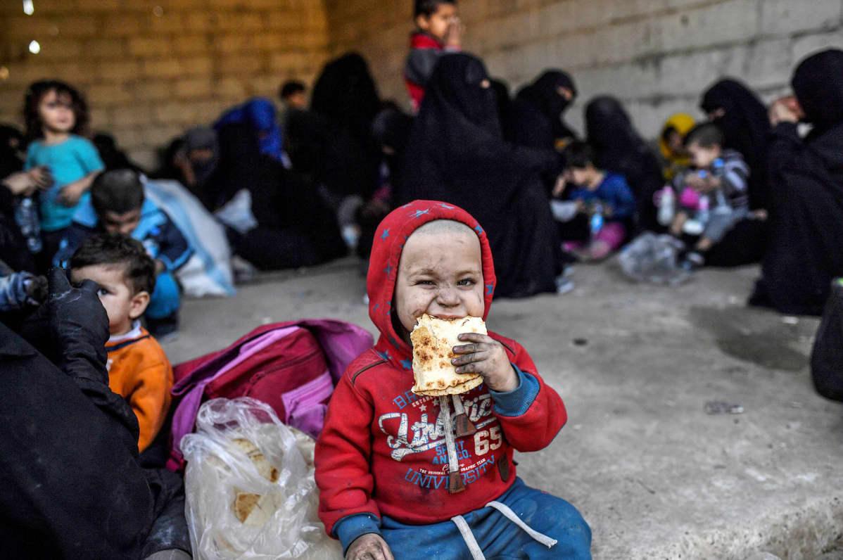 Syyrialaisia naisia ja lapsia Raqqasta pakenemisen jälkeen 12. lokakuuta.
