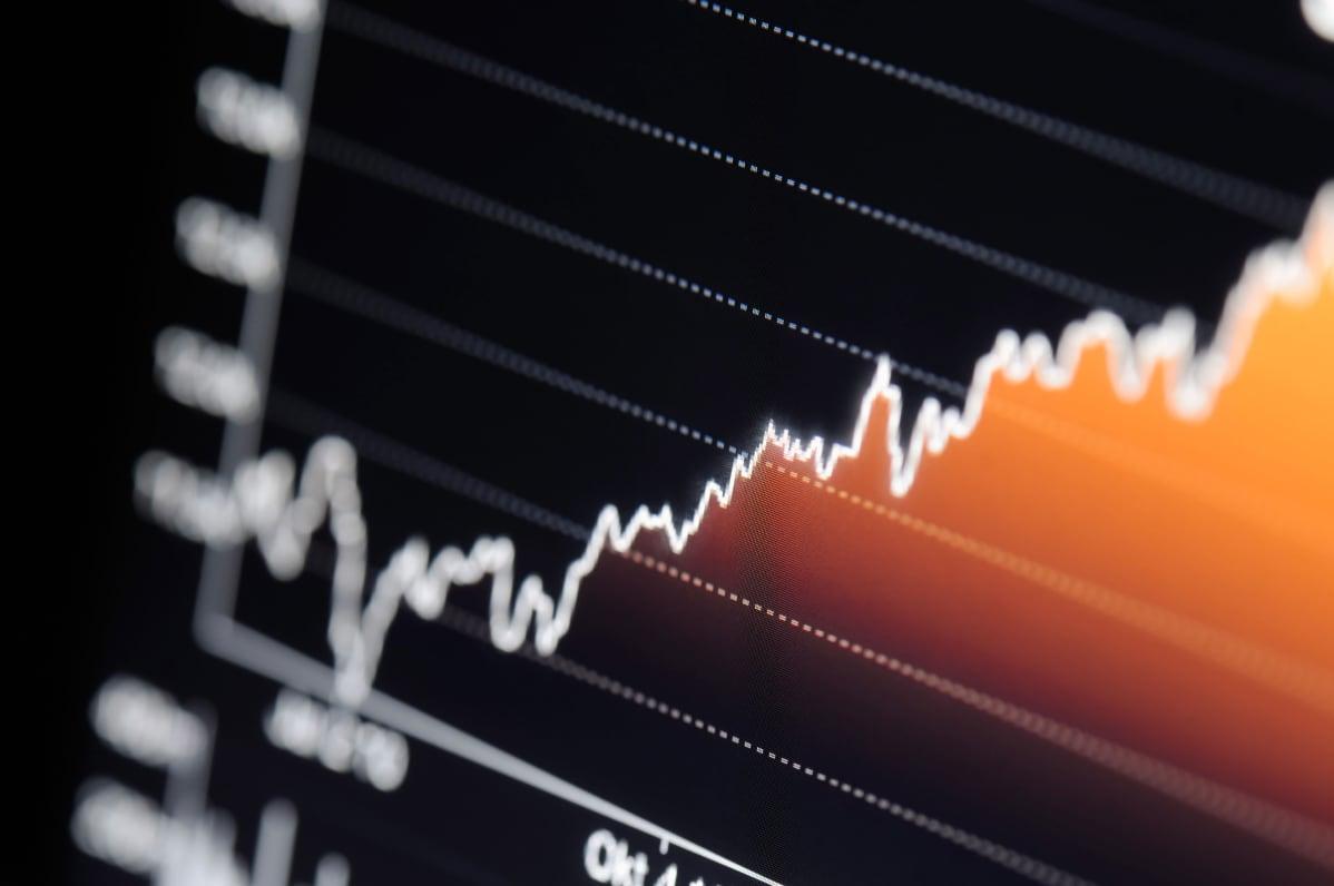 Nousevan pörssikurssi käyrä tietokoneen näytöllä.
