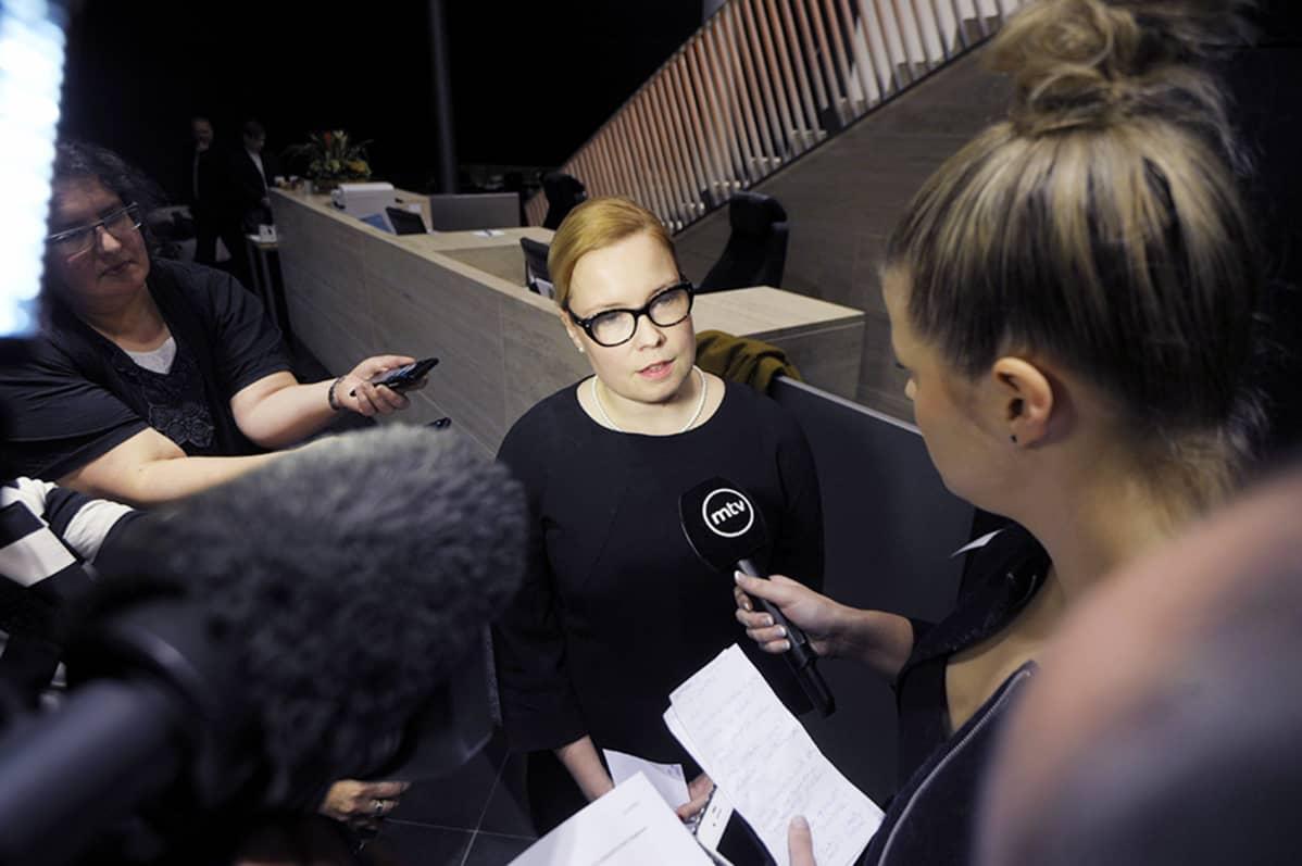 Kuntien eläkevakuutuksen Kevan hallituksen puheenjohtaja Laura Räty puhui median edustajille Helsingissä 22. marraskuuta 2013.
