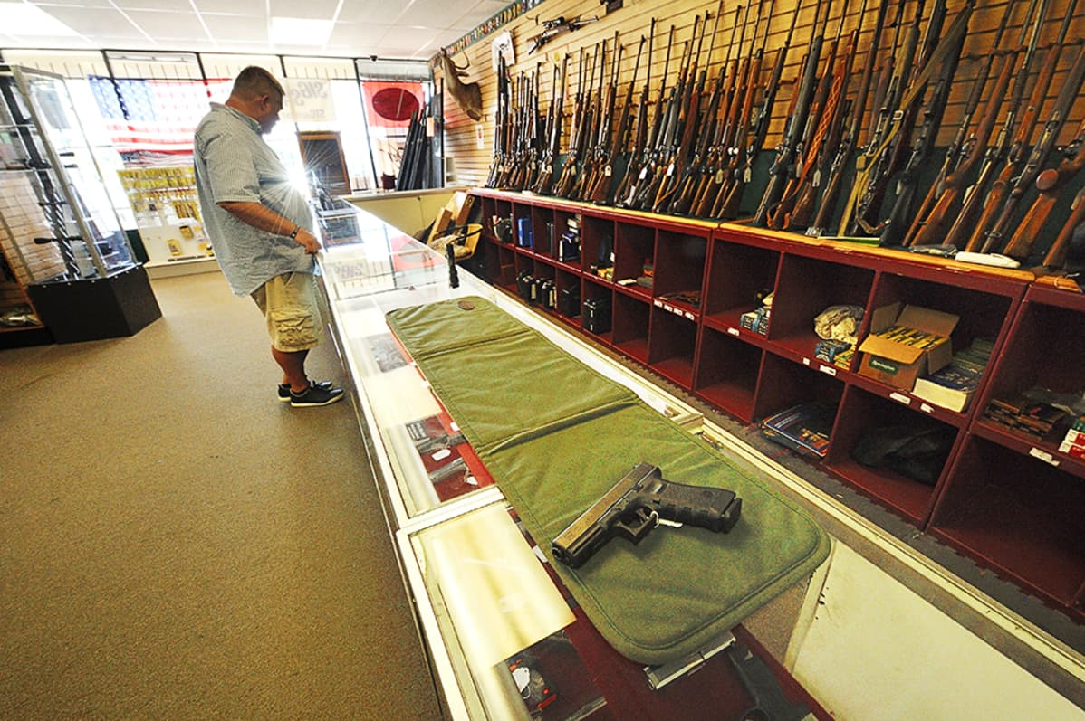 Asiakas katselee myytäviä aseita Rocky Mountain Guns and Ammo -liikkeessä Parkerissa, Coloradossa.