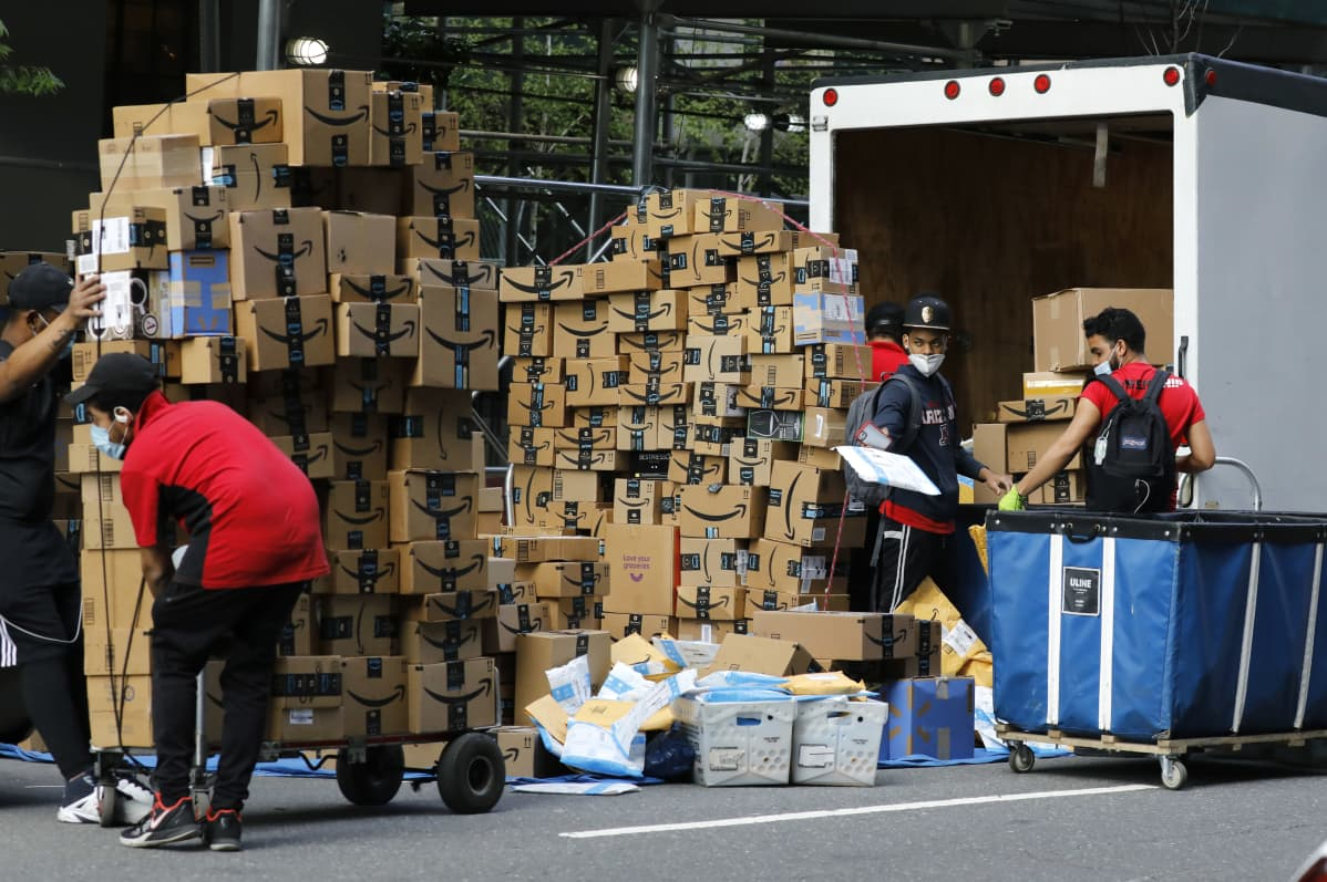 Amazonin työntekijät purkivat paketteja toukokuussa New Yorkissa edelleen jakelua varten.