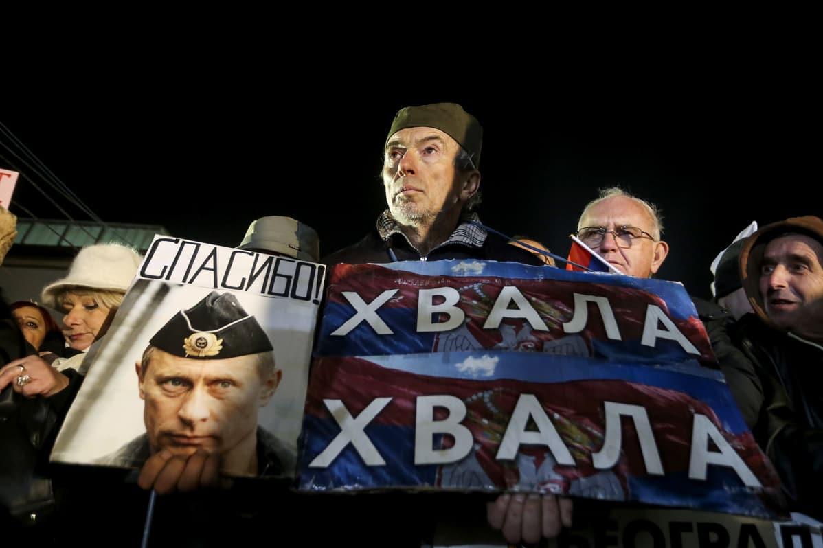 Kannattajat pitävät Putinin kuvaa.