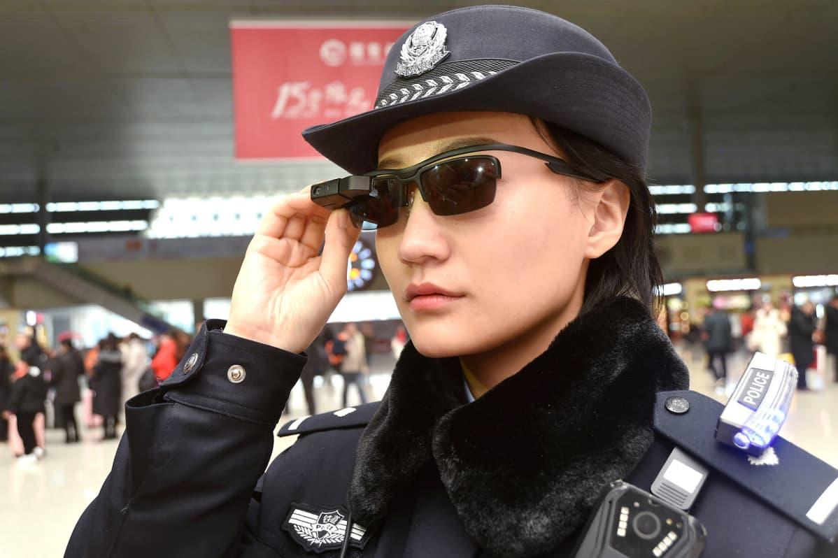 Kasvontunnistusskanneri poliisin aurinkolaseissa kiinassa.