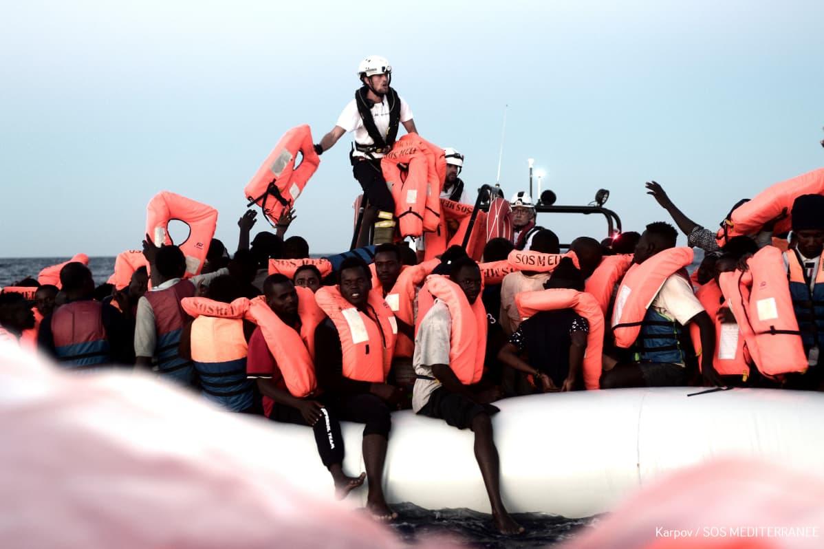Aquariuksen pelastustyöntekijät työssä