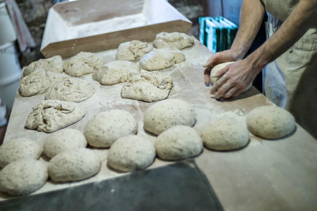 Leipiä leivotaan.