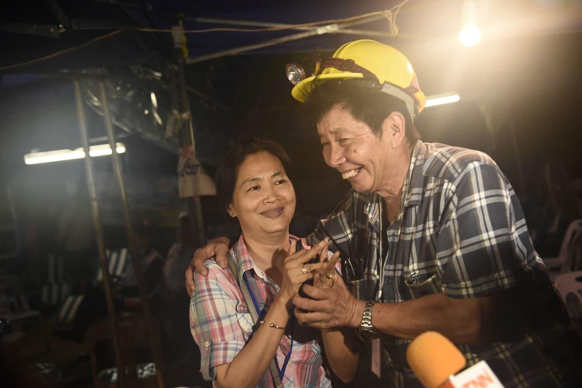 Tham Luangin luolastoon loukkuun jääneiden poikien omaiset iloitsivat saadessaan kuulla poikien olevan elossa 2. heinäkuuta.