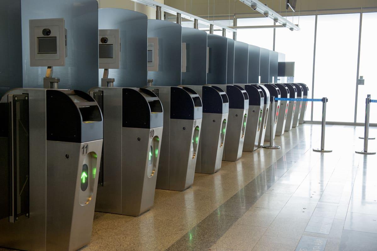 Helsinki-Vantaan lentokentän passintarkastusautomaatteja.