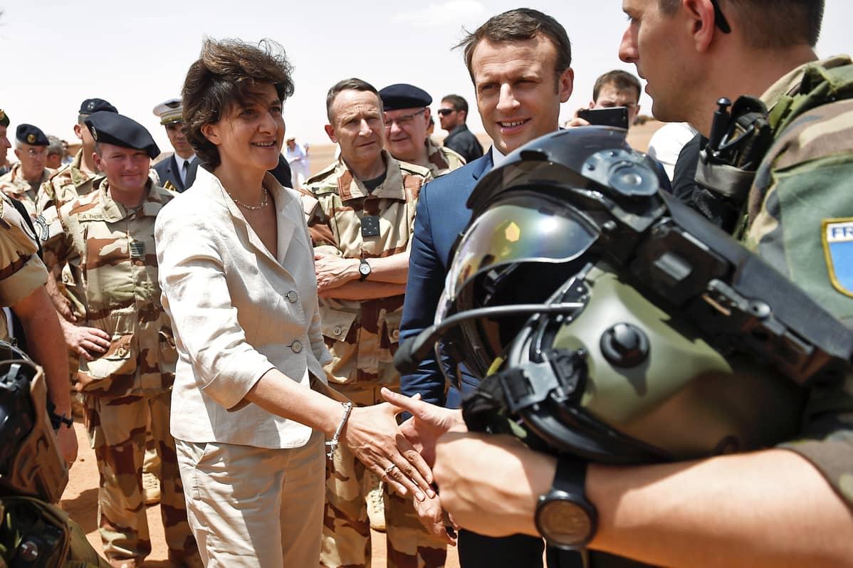 Macron ja Goulard kättelevät sotilaita.