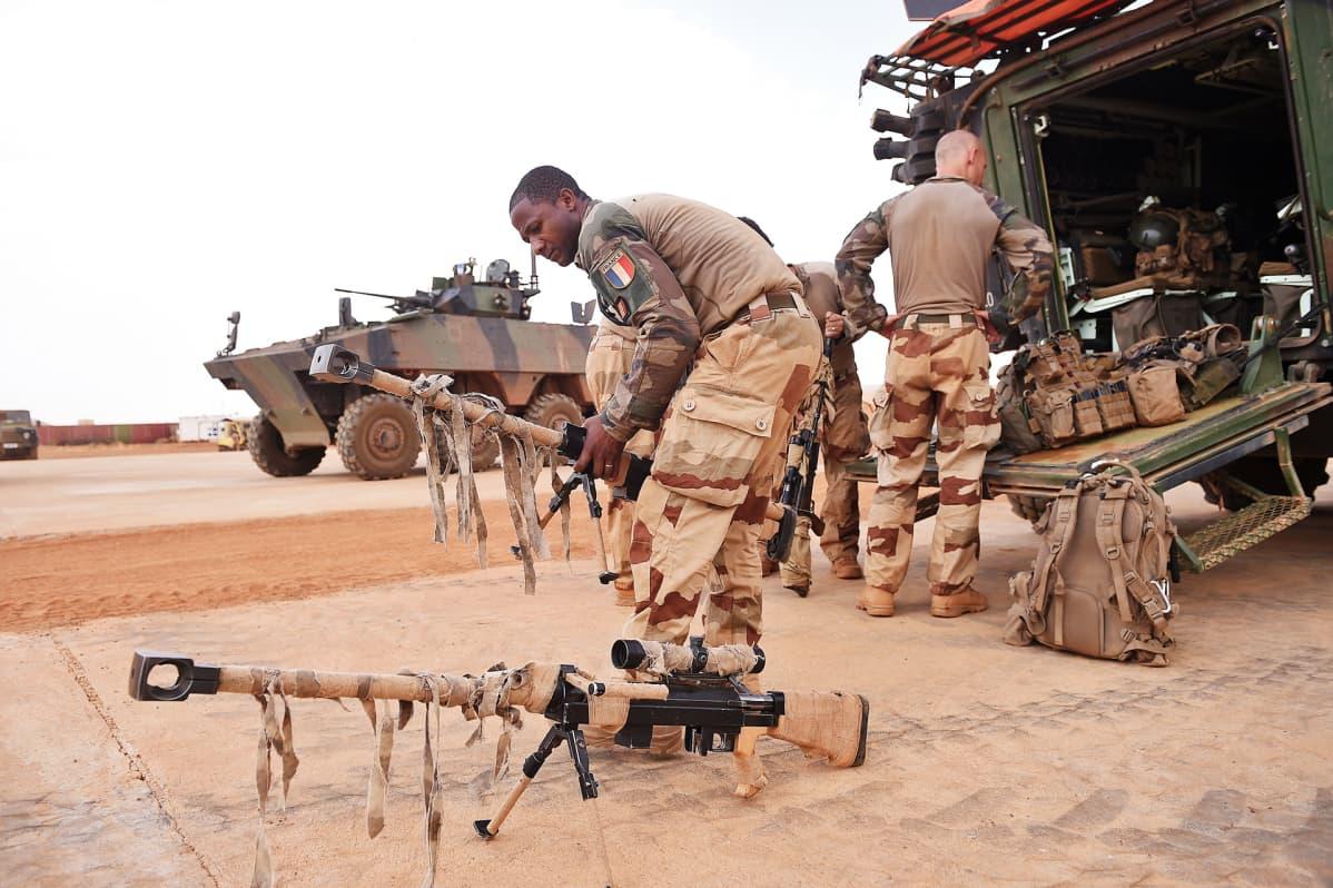 Sotilas siirtelee kalustoa.