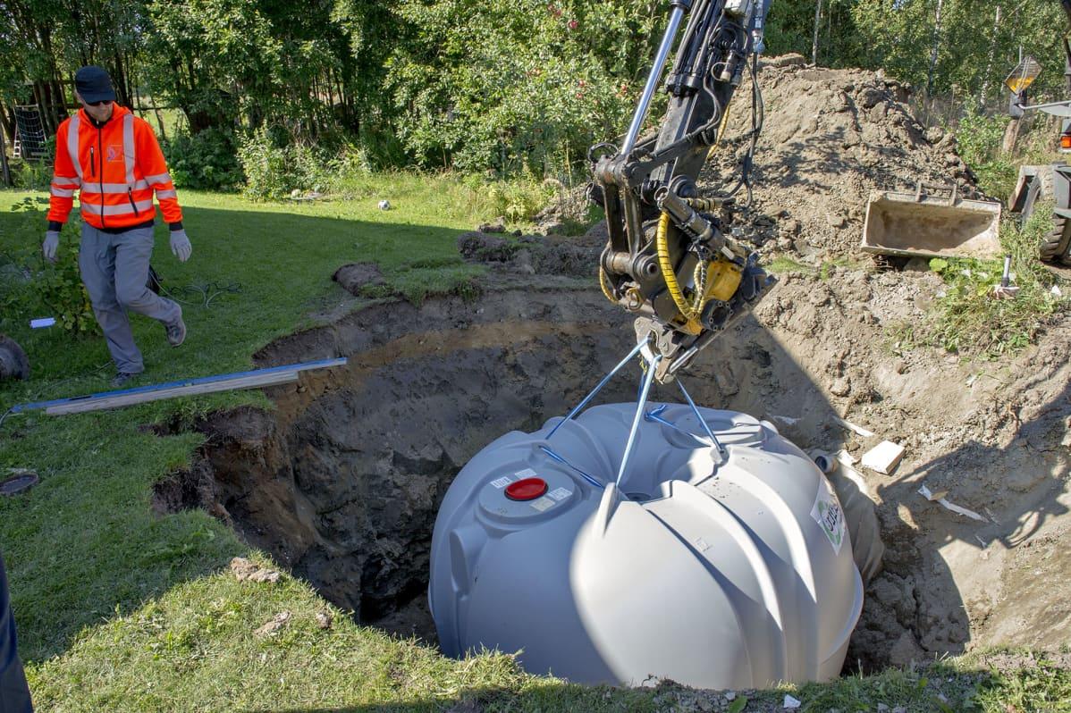 Jätevesisäiliö lasketaan asennuskuoppaan.