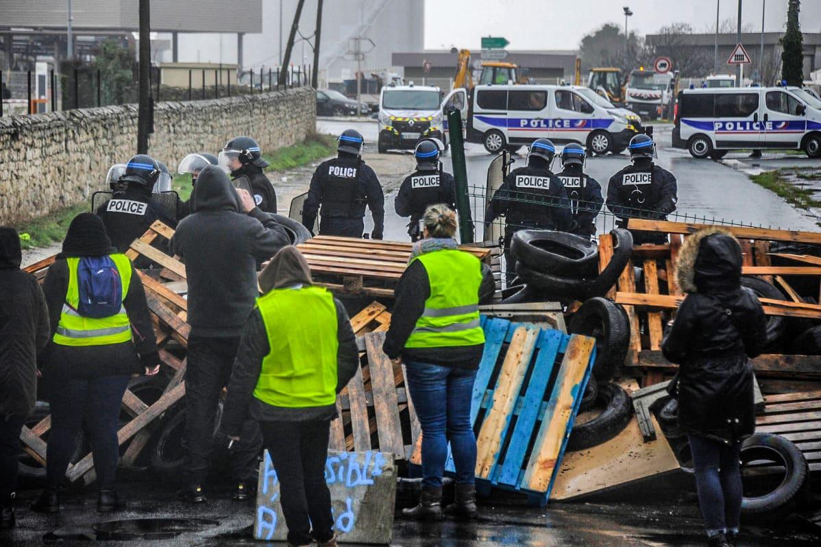 poliiseja katusululla