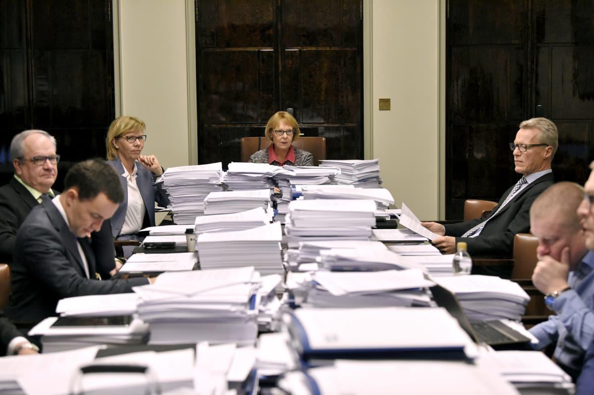 Perustuslakivaliokunnan puheenjohtaja Annika Lapintie aloittamassa valiokunnan kokousta eduskunnassa Helsingissä.