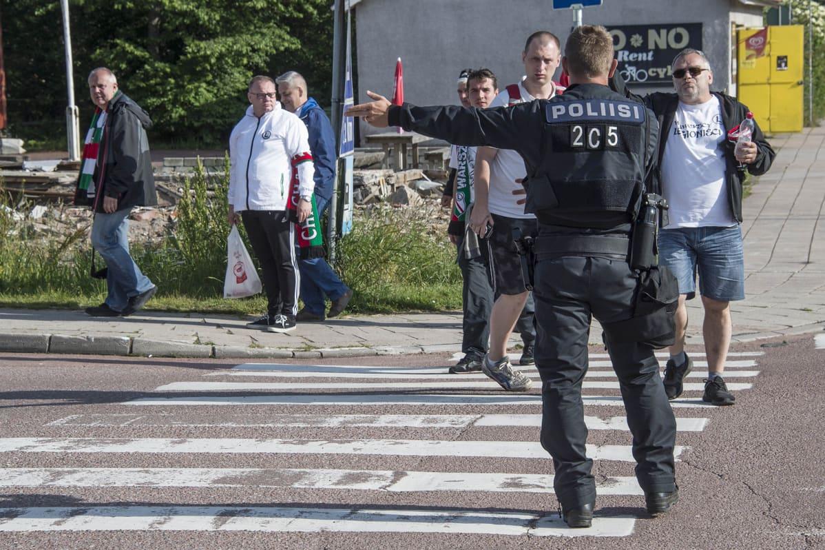 Suomalaista poliisikoulutusta kehutaan maailmalla – Yhdysvalloissa poliisi voi saada aseen käteensä vain viikkojen koulutuksen jälkeen
