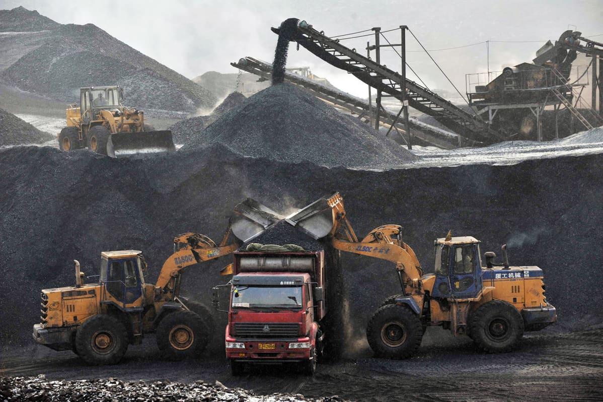 Hiiltä kuormataan Fuxinin hiilikaivoksessa Liaoningin maakunnassa.