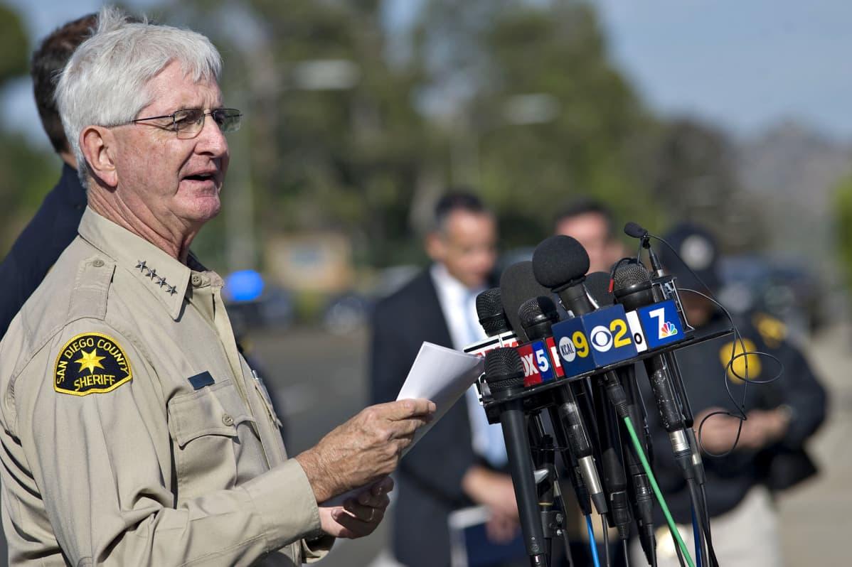 San Diegon piirikunnan sheriffi Bill Gore pitää kuvassa tiedotustilaisuutta medialle.