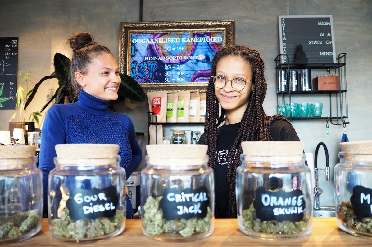 """""""Meillä käy kaiken ikäisiä asiakkaita"""", kertovat Sativa Storen kahvilassa työskentelevät Minna-Maria Amjärv (vas). ja Jasmine Kass."""