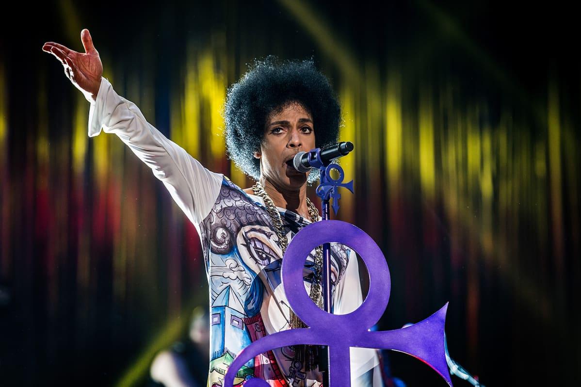 Prince esiintymässä Birminghamissa 2014.