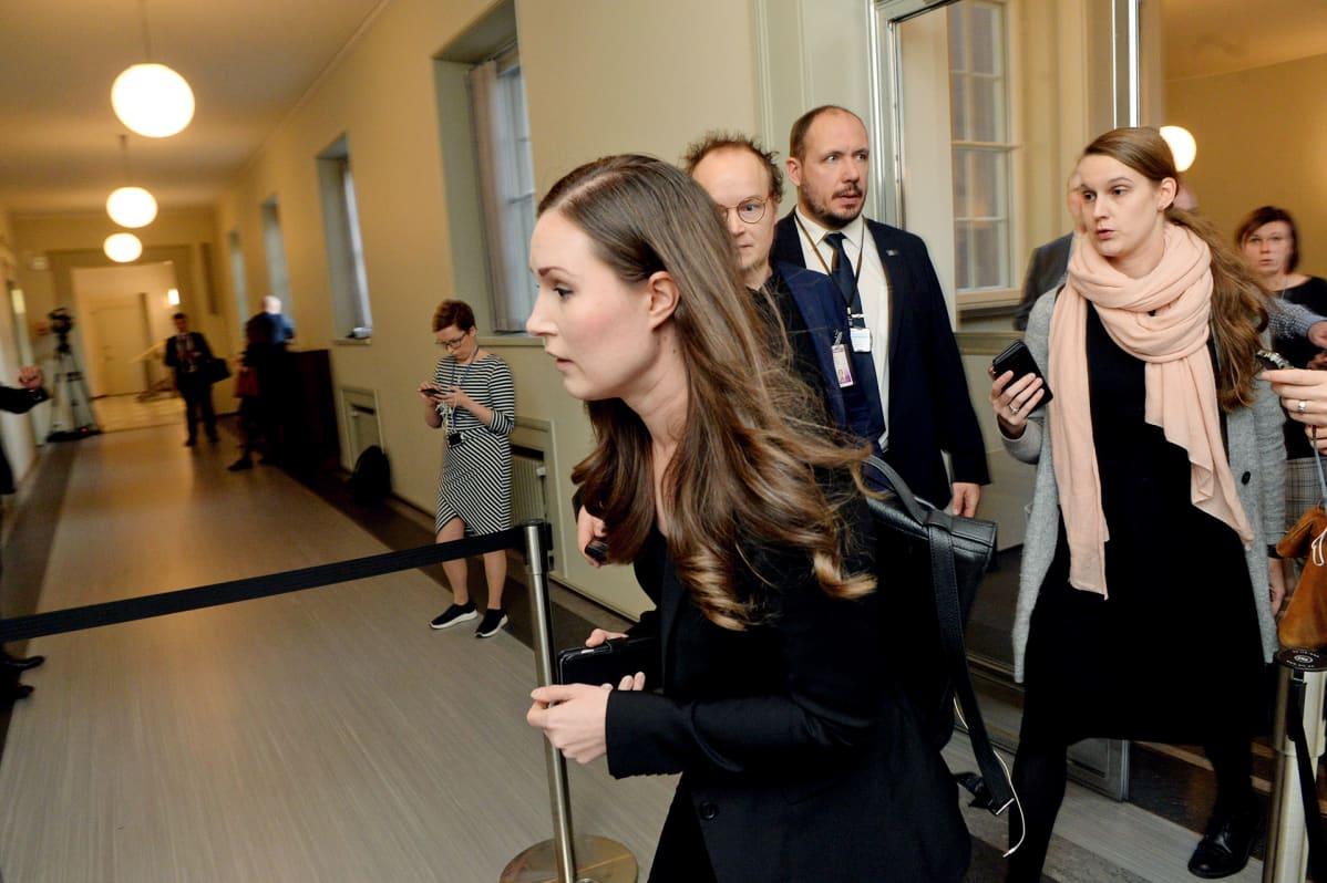 Liikenne- ja viestintäministeri Sanna Marin saapuu suoraan lentokentältä SDP:n eduskuntaryhmän kokoukseen