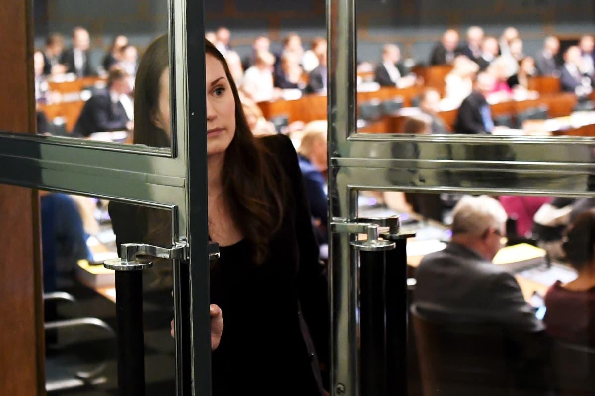 SDP:n liikenne- ja viestintäministeri Sanna Marin täysistuntosalin ovella eduskunnan täysistunnon aikaan Helsingissä 3. joulukuuta 2019.