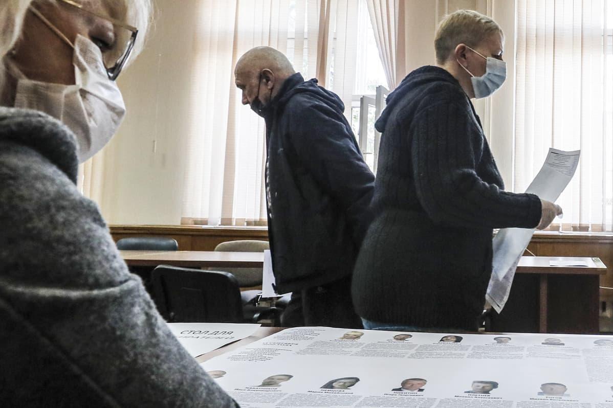 Äänestäjiä vaalipaikalla.
