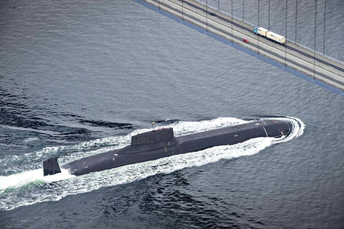 Venäläinen Typhoon-luokan ydinsukellusvene Dimitri Donskoj alittaa Ison Beltin sillan Tanskassa matkalla Pietariin heinäkuussa 2017.
