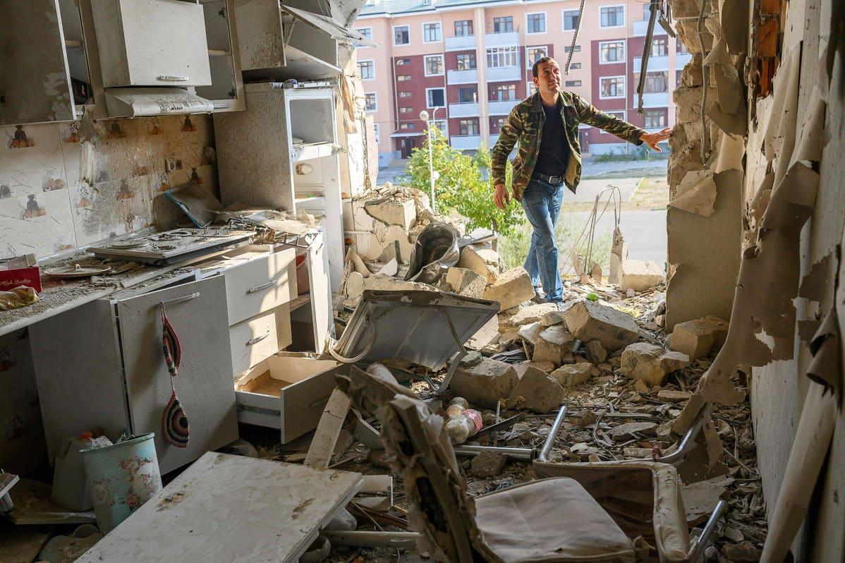 Movsumov Qowkar tarkastaa naapuriasuntoon tulleita vahinkoja Terterin kaupungissa