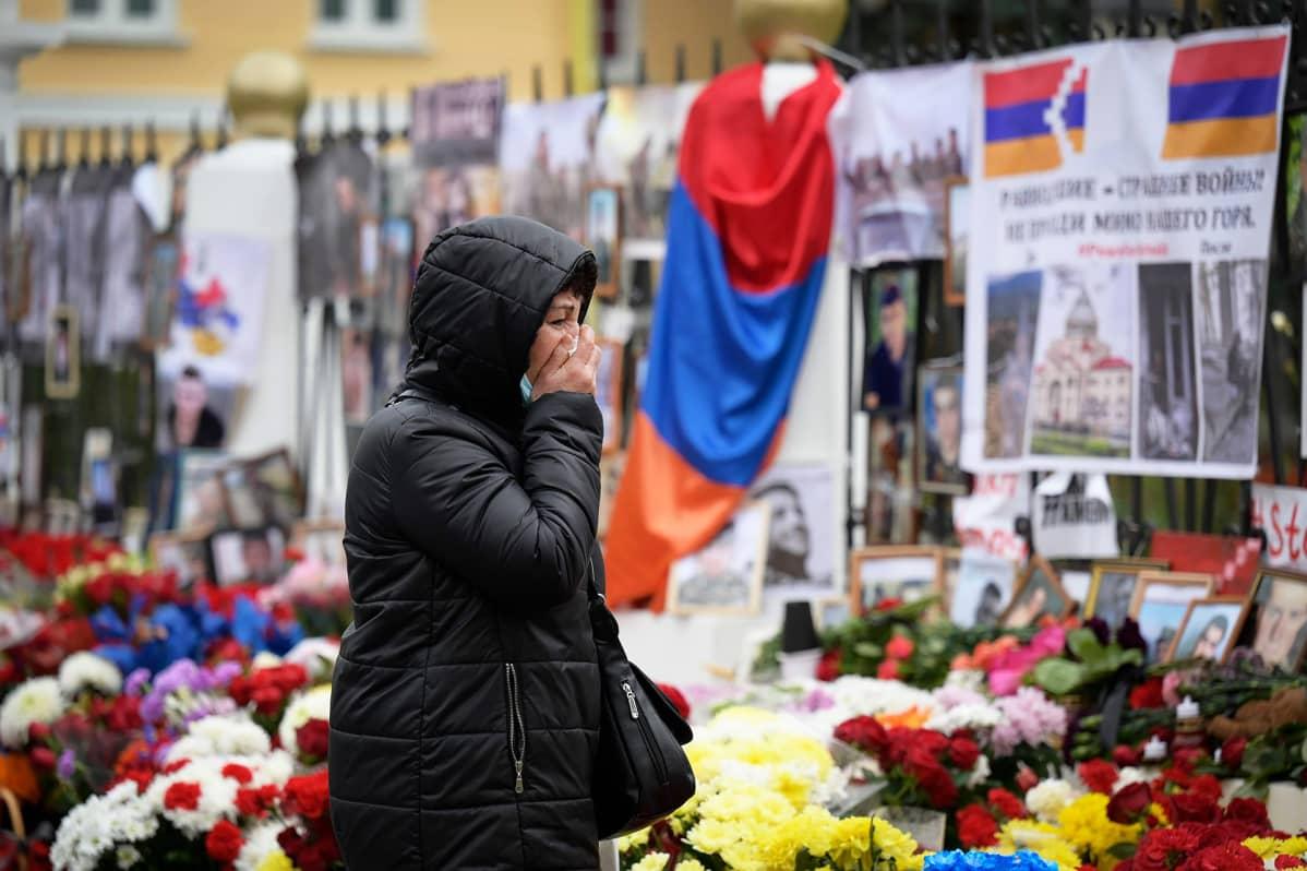 Armenian Moskovan suurlähetystön aidalle on tuotu kukkia ja kuvia kaatuneista sotilaista.