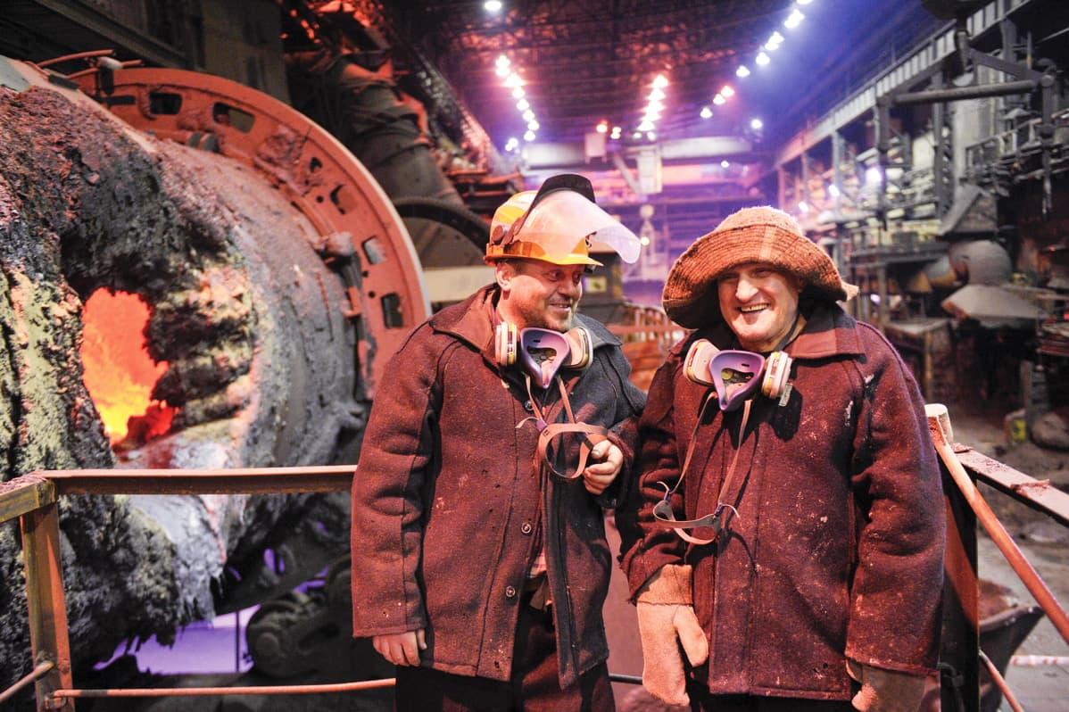 Työntekijöitä Kola Mining and Metallurgical Companyn sulatossa.
