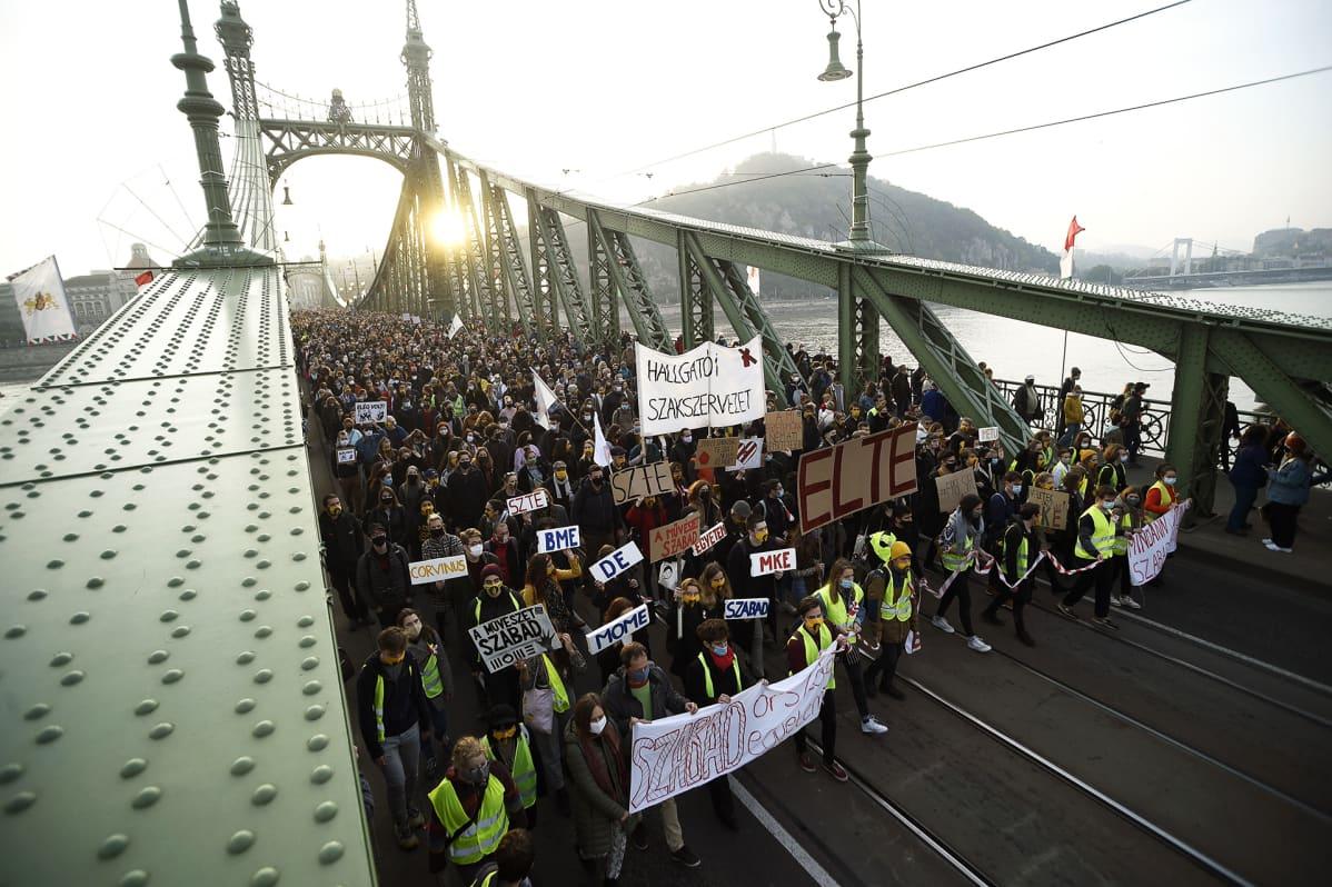 Korkeakoulujen riippumattomuutta vaativa opiskelijamienosoitus Budapestissa.